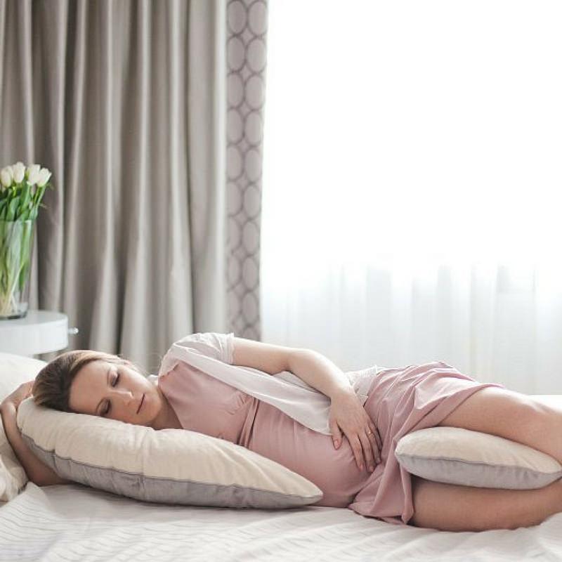 ölelő párna alvás közben